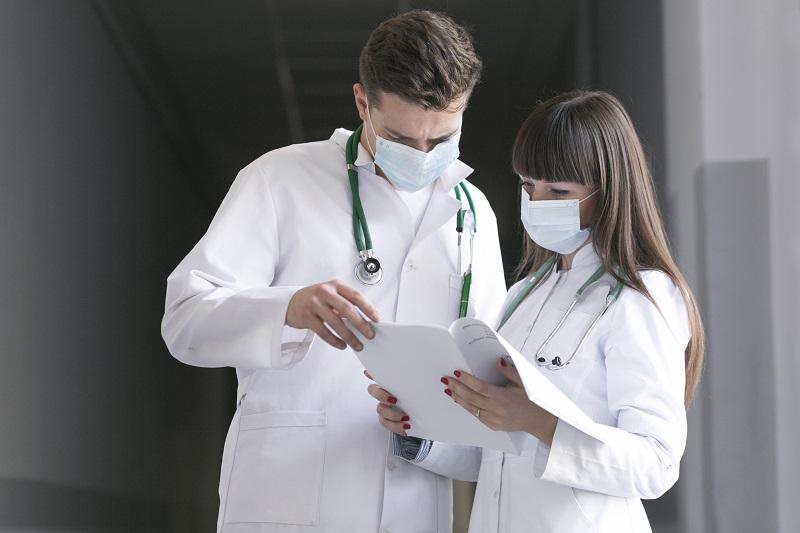 Jak zmierzyć się z zakupem fartuchów medycznych do prywatnego gabinetu lekarskiego?