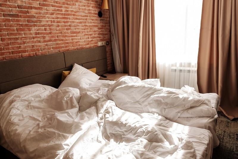 Sypialnia z cegłą rozbiórkową w tle